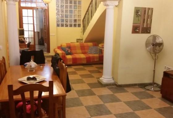 Casa en venta con amplio salón en Campillos